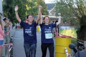 IMG_3297 - Zieleinlauf nach 100 km - v.l.n.r. Celine Hellriegel, Samantha Hart